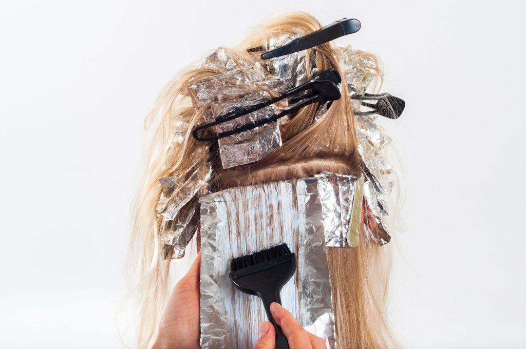 Zosvetlenie vlasov (Zdroj: https://pixabay.com/sk/vlasy-farba-sfarbenie-kefa-biela-1744959/)