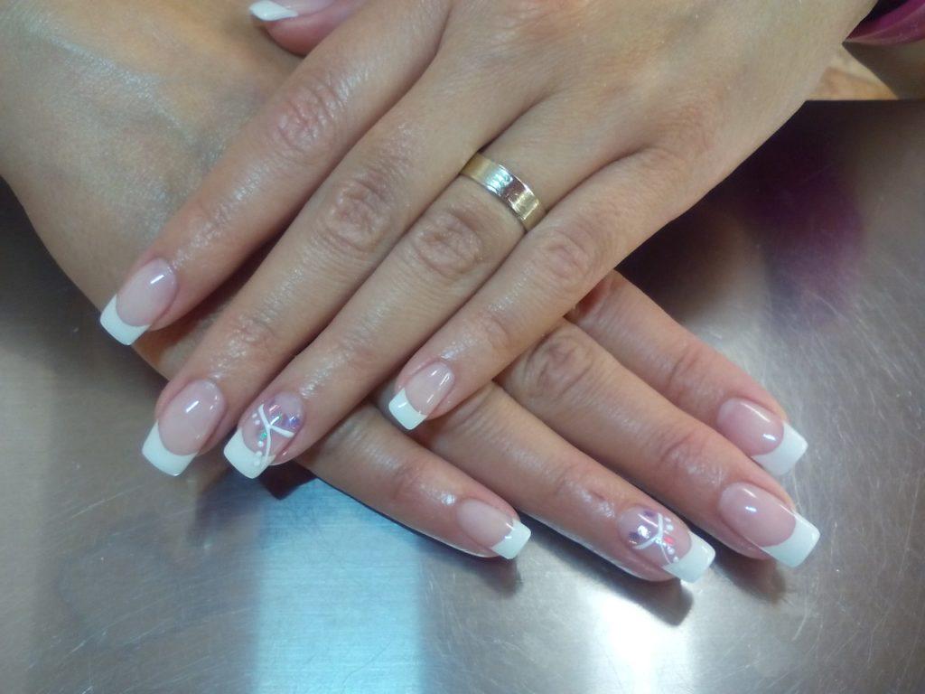 Francúzska manikúra(Zdroj: https://pixabay.com/en/nail-gel-manicure-657597/)